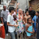 レディー・ガガ、ブラジルのスラム街に登場