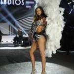 ミランダ・カー、『ヴィクトリアズ・シークレット・ファッションショー2012』に登場