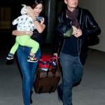 ミランダ・カー、家族そろってLAX空港に到着