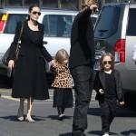 アンジェリーナ・ジョリーとブラッド・ピットが双子を連れて博物館へ