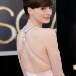 アン・ハサウェイ、背中を大胆に露出したセクシーなピンクのドレスで登場!#アカデミー賞