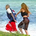 リアーナ、元彼のクリス・ブラウンとビーチで手をつないでデート?!