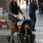 ジェシカ・アルバ、娘ナオちゃんと空港にて
