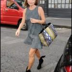 ケイト・モス、スエードワンピースでホテルから出かける