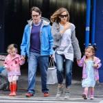 サラ・ジェシカ・パーカー、夫と子供達を連れて学校へ