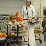 ジェシカ・アルバ、2人の娘を連れてスーパーへ