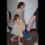 ケイティ・ホームズ、娘スリちゃんとアトランタに到着