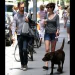 アン・ハサウェイ、愛犬を連れて夫アダム・シュルマンとお出かけ