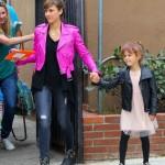 ジェシカ・アルバ、親子お揃いライダースジャケットで買い物へ