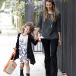 ジェシカ・アルバ、グレーニット×黒パンツで娘オナーちゃんを学校へ