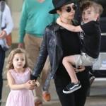 ニコール・リッチー、オールブラックで子供達と空港にて