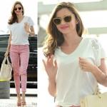 ミランダ・カー、白トップスにピンク柄パンツで空港に到着