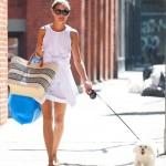 オリヴィア・パレルモ、白のワンピースにカゴバックを持って犬の散歩にお出かけ