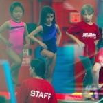 スリ・クルーズ、紫レオタードで体操レッスン