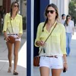 アレッサンドラ・アンブロジオ、黄色シャツ×白ショートパンツでお出かけ