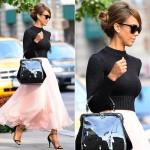 ジェシカ・アルバ、黒のクロップドニット×ピンクのマキシスカートで『ラルフ・ローレン』ショーに出席