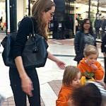 アンジェリーナ・ジョリー、オールブラックコーデで双子ちゃんを連れて買い物へ