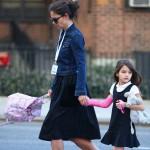 ケイティ・ホームズ、デニムJK×フレアースカートで娘スリちゃんと学校へ