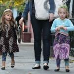 サラ・ジェシカ・パーカー、双子の娘ちゃんがペイズリー柄ワンピースで学校へ