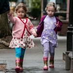 サラ・ジェシカ・パーカー、双子の娘ちゃん★お揃いのレインブーツで学校へ