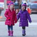サラ・ジェシカ・パーカー、双子の娘ちゃんがパパと学校へ