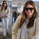 ミランダ・カー、白いTシャツ×ダメージジーンズ×チェーントリムツイードジャケットで空港へ
