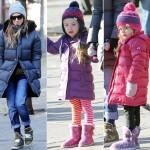 サラ・ジェシカ・パーカー、親子そろってダウンコート×ニット帽の暖かコーデで学校へ