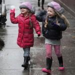 サラ・ジェシカ・パーカー双子ちゃん、雪合戦しながら学校へ