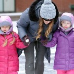 サラ・ジェシカ・パーカー、双子の娘のマリオンちゃん&タビサちゃんと学校へ