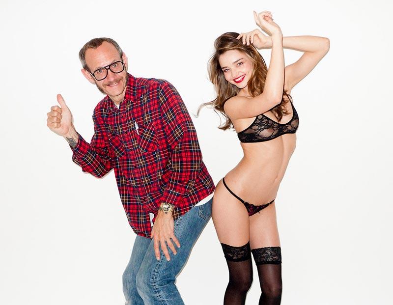 雑誌「Harper's Bazaar」の撮影のため写真家のテリー・リチャードソンのスタジオに