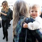 ジゼル・ブンチェン、娘ヴィヴィアンちゃんを抱いて空港に登場