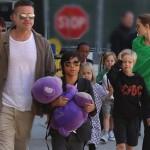 アンジェリーナ・ジョリー&ブラッド・ピット、大家族8人が空港に登場