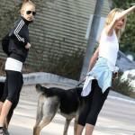 キャメロン・ディアス、ニコール・リッチーと一緒に犬を散歩