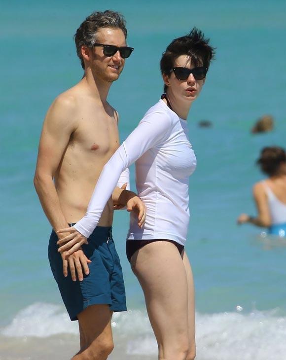 Anne-Hathaway-Adam-Shulman-Beach-01