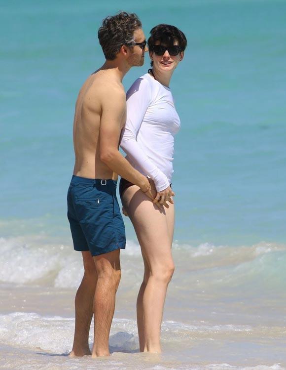 Anne-Hathaway-Adam-Shulman-Beach-03