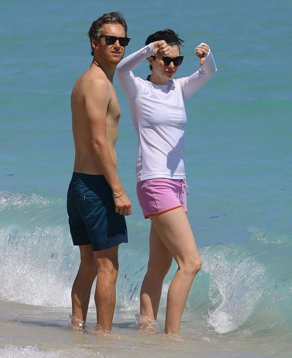 Anne-Hathaway-Adam-Shulman-Beach-05