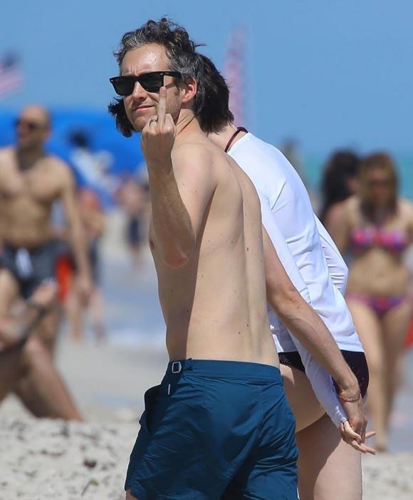 Anne-Hathaway-Adam-Shulman-Beach-06