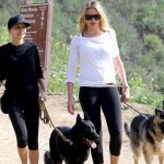 キャメロン・ディアス、親友のニコール・リッチーと犬散歩
