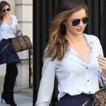 ミランダ・カー、ライトブルーシャツ×デニムスカートでお出かけ