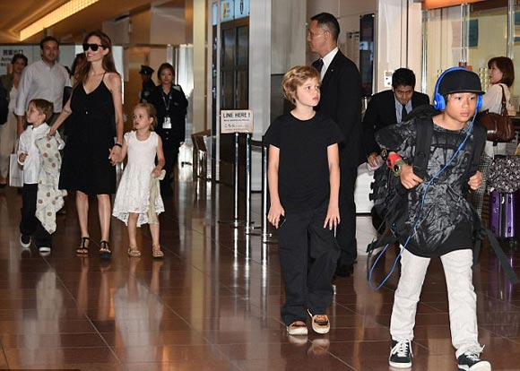 Angelina-Jolie-children-japan-2014-02
