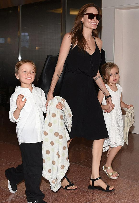 Angelina-Jolie-children-japan-2014-05