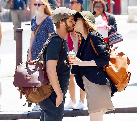 Emma-Stone-Andrew-Garfield-Kissing-2014-04