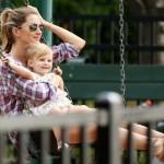 ジゼル・ブンチェン、娘ヴィヴィアンちゃんとブランコ★家族で公園へ