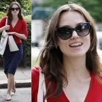 キーラ・ナイトレイ、赤いカーディガン×ネイビーペンシルスカートでショッピングへ