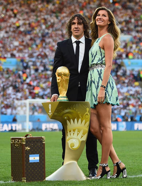 Gisele-Bundchen-Trophy-2014-worldcup
