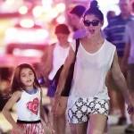 トム・クルーズの娘スリちゃん、ママと夜散歩