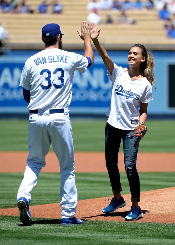 Jessica-Alba-LA- Dodgers-pitch-2014-05