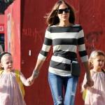 サラ・ジェシカ・パーカー、双子の娘たちと学校へ #私服