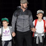 デビッド・ベッカム、息子たちと手をつないで空港に登場