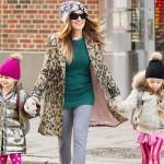 サラ・ジェシカ・パーカー、双子の娘たちと学校へ